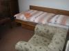 posteľ, uterák, mydlo, kreslo :)