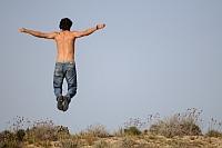skákajúci mladý človek